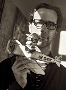 Künstler Mücke in seinem Atelier
